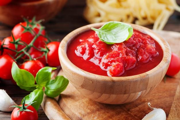 Italiaanse huisgemaakte saus met tomaat en basilicum