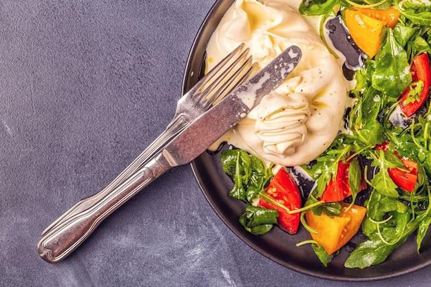 Italiaanse kaas burrata met verse rucola en tomaten