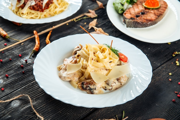 Italiaanse keuken tagliatelle met champignons kip