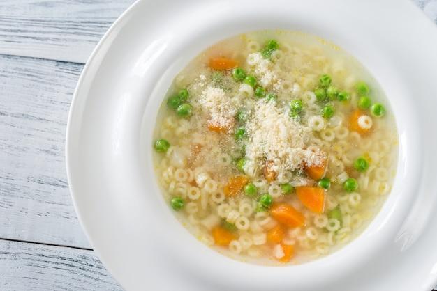 Italiaanse kip pasta soep met parmezaanse kaas