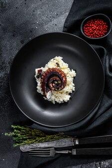 Italiaanse klassieker risotto met octopustentakels. bovenaanzicht
