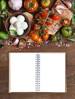Italiaanse kookingrediënten: mozzarella, tomaten, knoflook, kruiden en andere