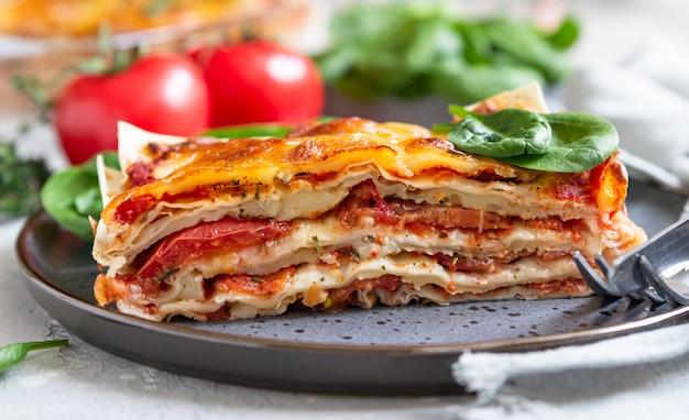 Italiaanse lasagne met tomatensaus en kaas. zelfgemaakte vegetarische lasagne.