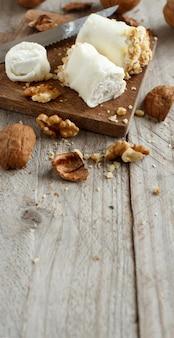 Italiaanse mozzarella sticks gevuld met ricotta en walnoten