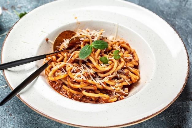 Italiaanse pasta bolognese. traditionele italiaanse spaghetti bolognese, bovenaanzicht,
