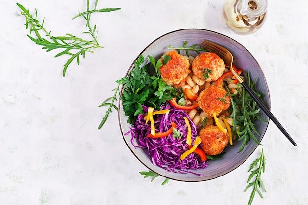 Italiaanse pasta. cavatappi met gehaktballetjes en salade. avondeten. bovenaanzicht, boven het hoofd. slow food concept