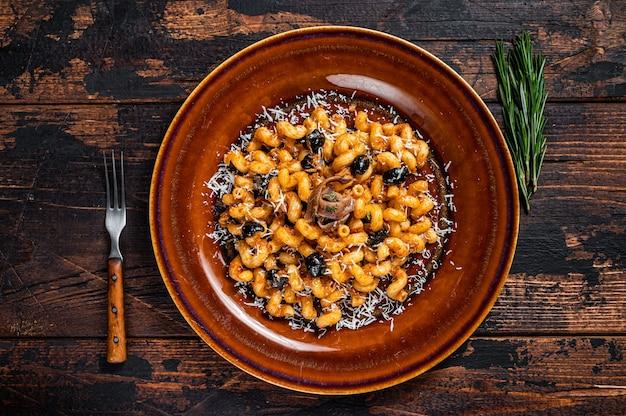 Italiaanse pasta cellentani puttanesca zeevruchtendeegwaren op een bord