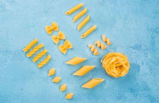 Italiaanse pasta collectie op bureau