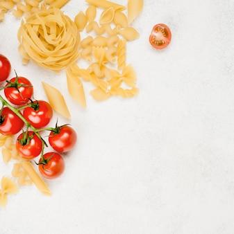 Italiaanse pasta en tomaten met kopie-ruimte