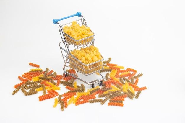 Italiaanse pasta in een boodschappenmand van de markt op een witte ondergrond