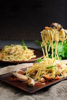 Italiaanse pasta in een romige saus met zeevruchten, garnalen en mosselen