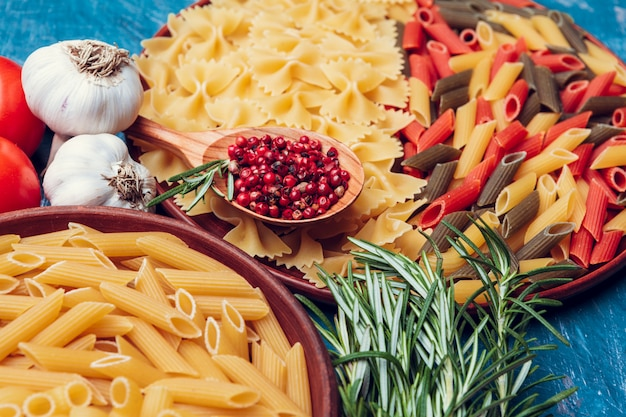 Italiaanse pasta in plaat op een blauwe houten tafel