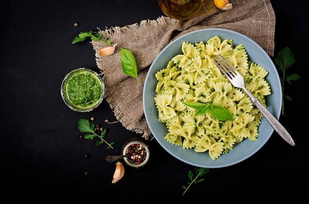 Italiaanse pasta met pestosaus en basilicum