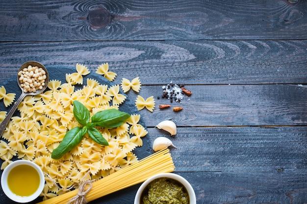 Italiaanse pasta met pestosaus gemaakt met basilicumblad