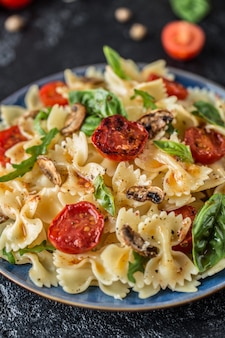 Italiaanse pasta met saus, cherrytomaatjes, basilicum en parmezaanse kaas