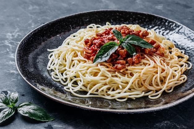 Italiaanse pasta met vlees en tomatensaus