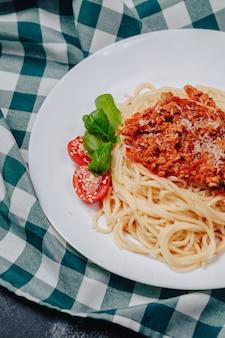Italiaanse pasta met vlees op plaat