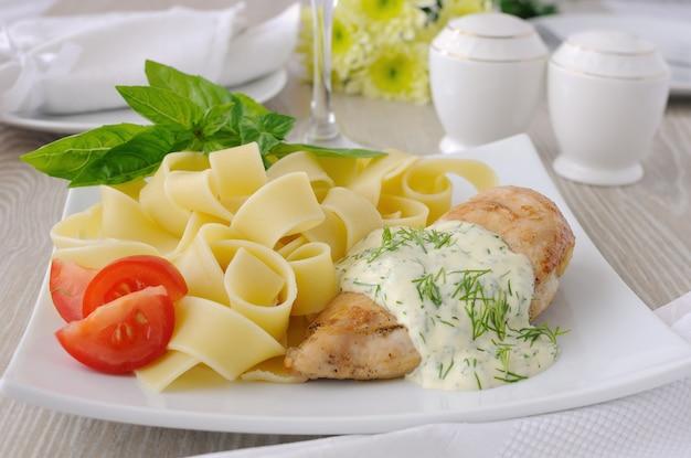 Italiaanse pasta - pappardelle met kip in roomsaus en cherrytomaatjes