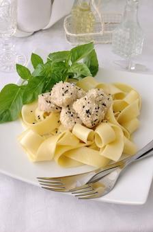 Italiaanse pasta - pappardelle met kipfilet in een romige saus met sesamzaadjes