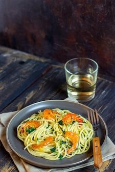 Italiaanse pasta spaghetti met garnalen