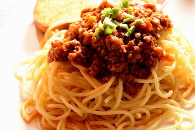 Italiaanse pasta spaghetti met tomatensaus en basilicum pasta met vlees,