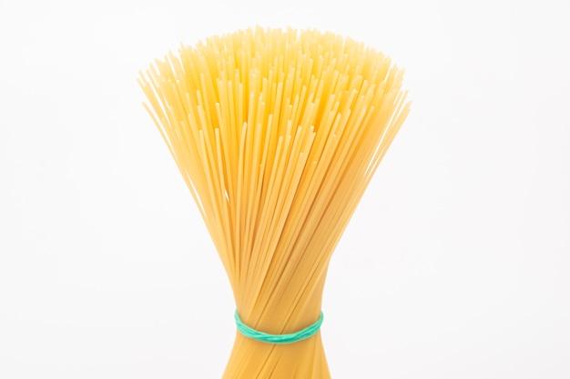 Italiaanse pasta spaghetti op wit