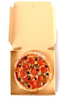 Italiaanse pepperoni pizza in een open leveringsdoos
