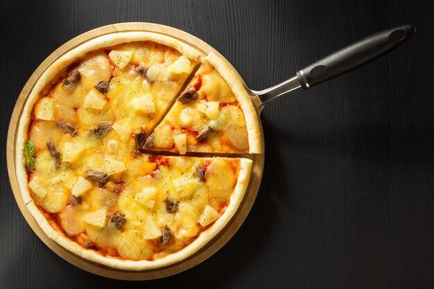 Italiaanse pizza aan tafel