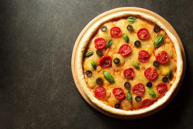 Italiaanse pizza aan zwarte tafel