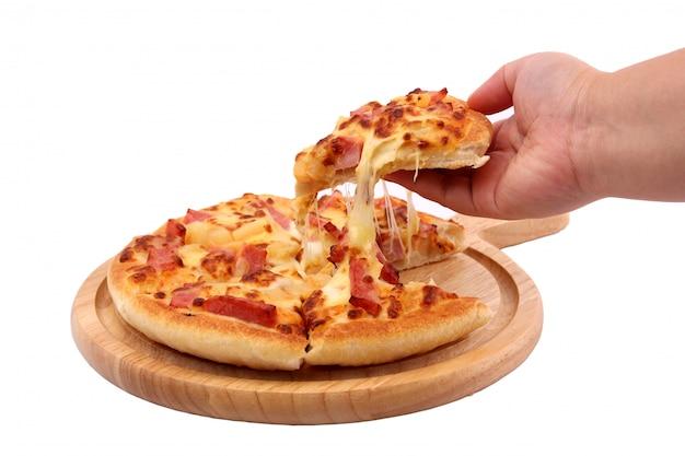 Italiaanse pizza die op een witte achtergrond wordt geïsoleerd.