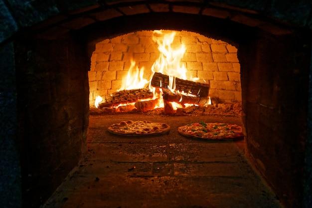 Italiaanse pizza gekookt in een houtoven