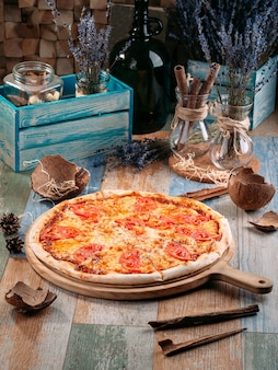 Italiaanse pizza margarita met tomaten en kaas