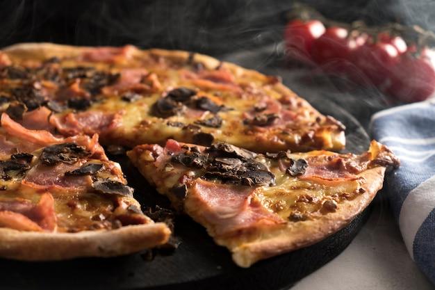 Italiaanse pizza met ham en champignons. lekkere pizza. detailopname