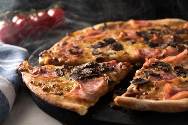 Italiaanse pizza met ham en champignons.