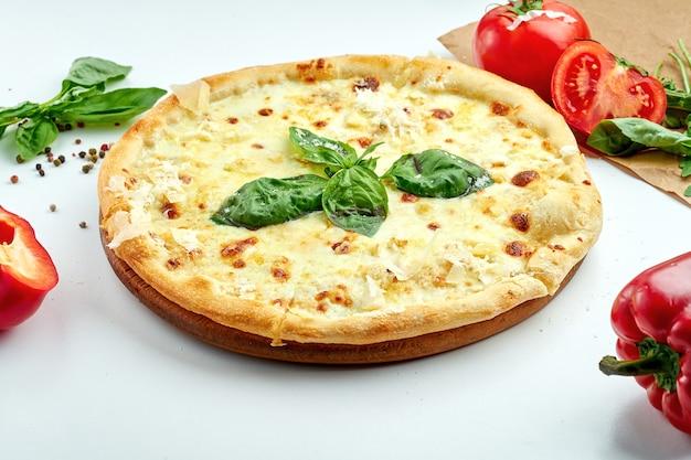 Italiaanse pizza met kaas en basilicum op een witte plaat