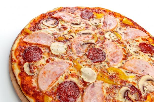Italiaanse pizza over wit