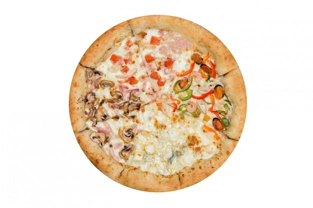 Italiaanse pizza vier seizoenen die op wit worden geïsoleerd
