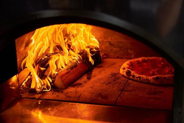 Italiaanse pizza wordt gekookt in een houtgestookte oven