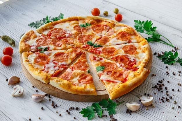 Italiaanse pizzapepperoni op lichte houten