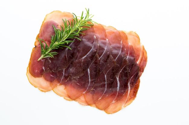 Italiaanse prosciutto crudo geïsoleerd