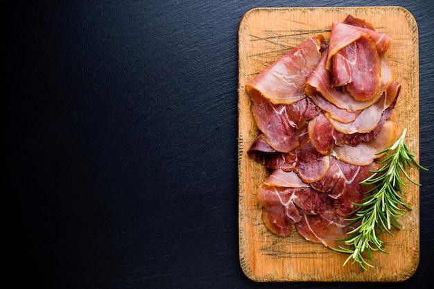 Italiaanse prosciutto crudo met rozemarijn