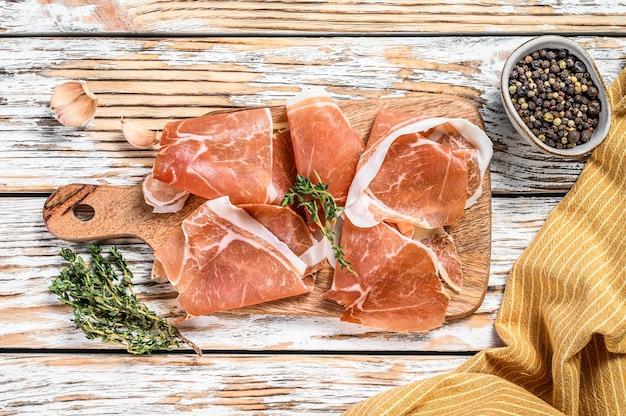 Italiaanse prosciutto crudo op tafel