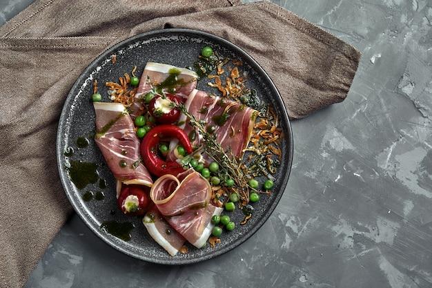 Italiaanse prosciutto en ham met rozemarijn
