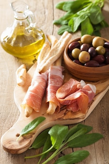 Italiaanse prosciutto ham grissini brood sticks olijfolie