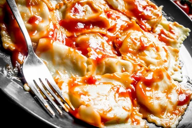 Italiaanse ravioli met tomatensaus. traditioneel eten