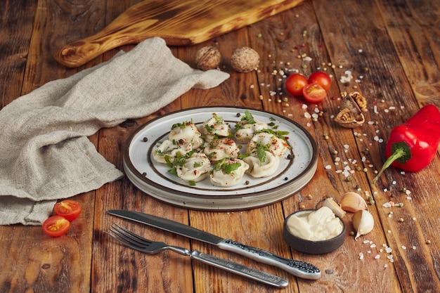 Italiaanse ravioli pasta met greenson houten tafel