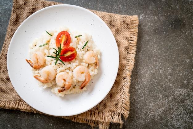 Italiaanse risotto met garnalen op een witte plaat