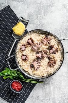 Italiaanse risotto met octopus en champignons. bovenaanzicht ruimte voor tekst