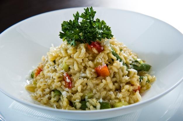 Italiaanse risotto van rijstarborio met prei op witte lijst