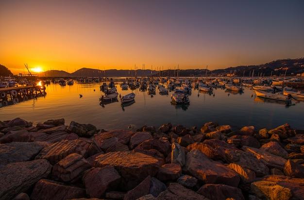 Italiaanse rivièra marina bij zonsondergang